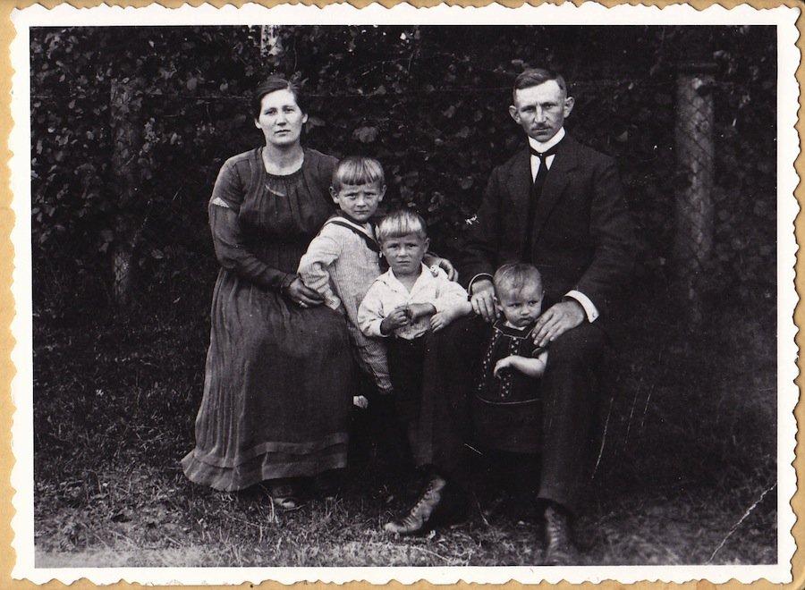 3 возможных причины, почему люди не улыбаются на старых фотографиях
