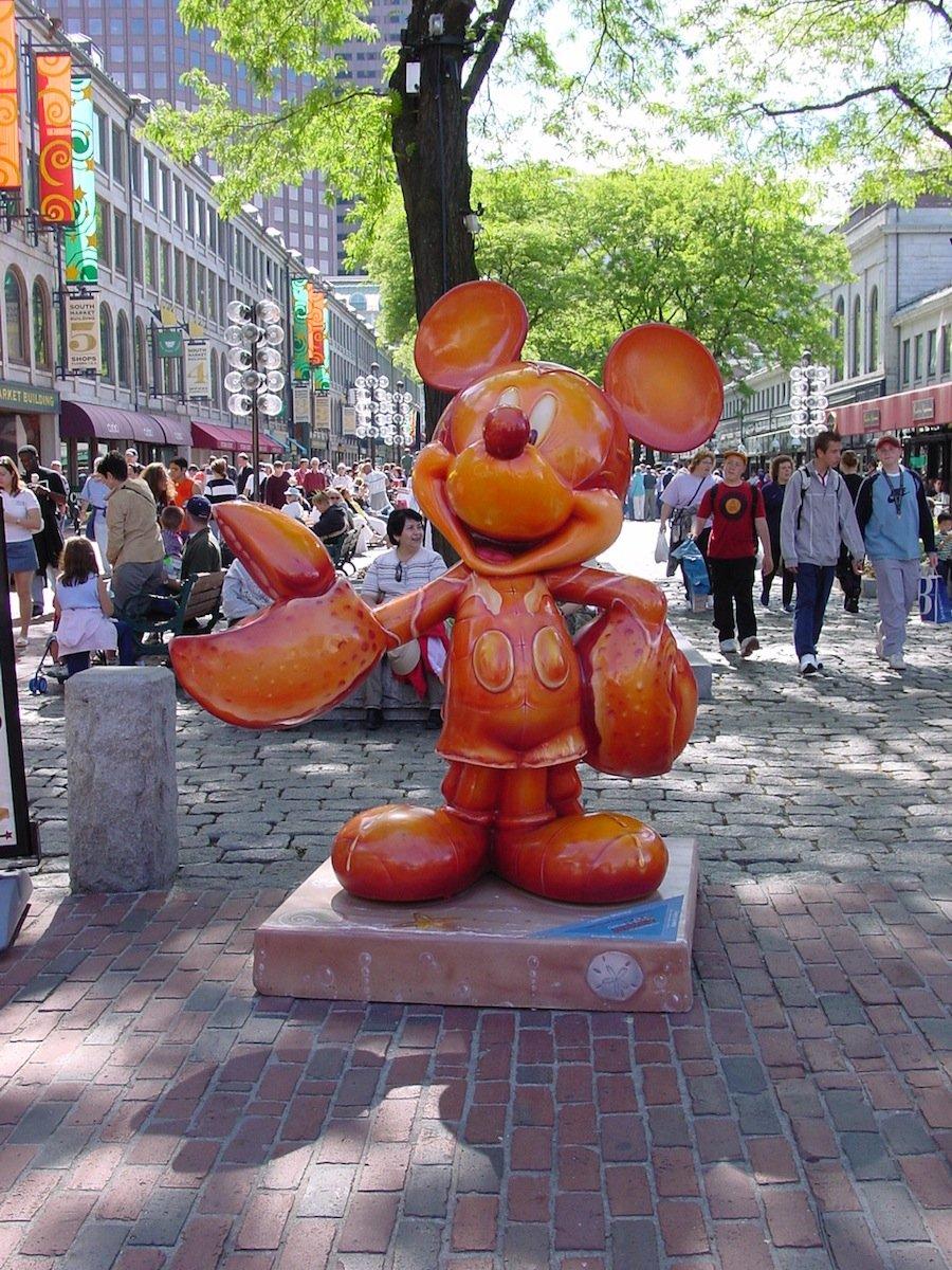 10 самых причудливых и странных статуй в мире