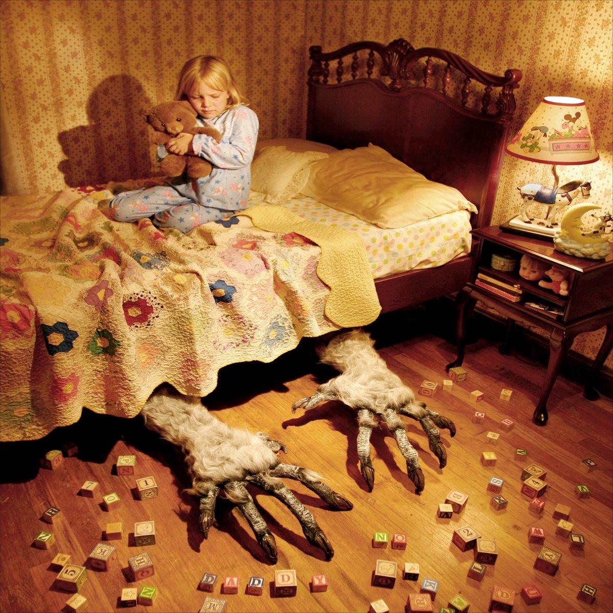 Сын спрятился под кровать мамы 7 фотография
