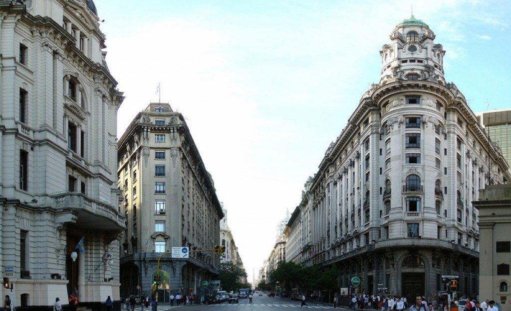 Оживленная улица в Буэнос-Айресе