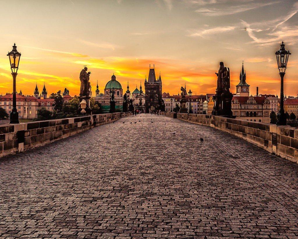 Карлов мост в Праге на фоне заката