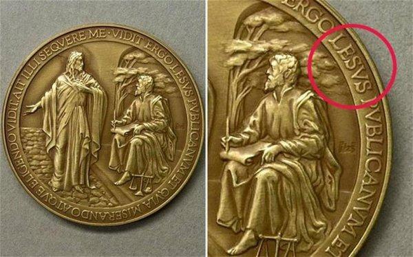 Медальон Святого Франциска с ошибкой