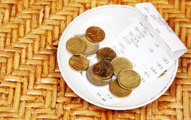 Мелочь и чек на блюдце