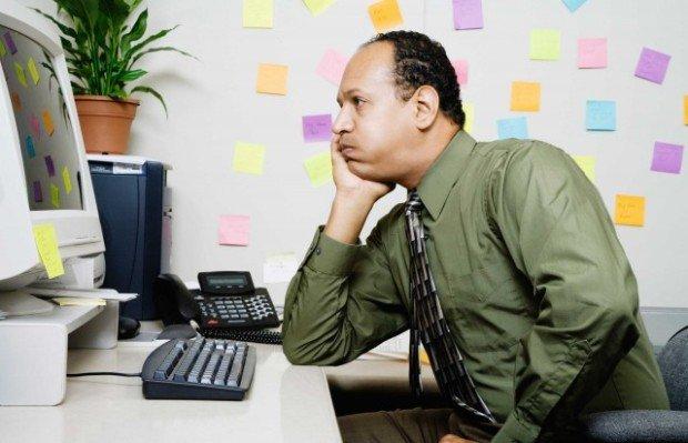 Скучающий работник перед компьютером