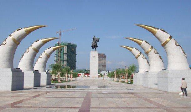 Красивая алея в Монголии с памятником