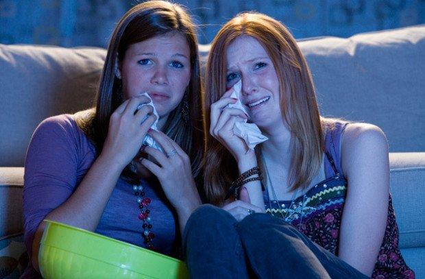 Девушки плачут перед телевизором