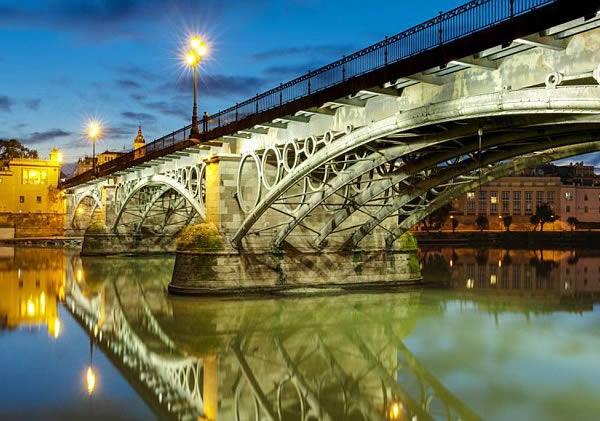 Мост Пуэнте-де-Триана на юге Испании