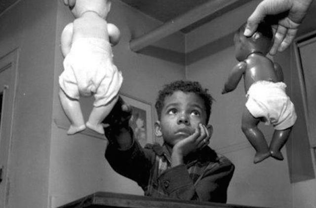Мальчик негроидной расы с игрушкой в руке