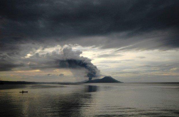 Действующий вулкан в океане