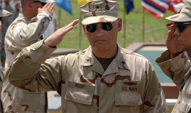 Командир отдает честь