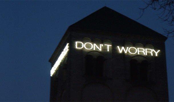 Здание с вывеской DON'T WORRY