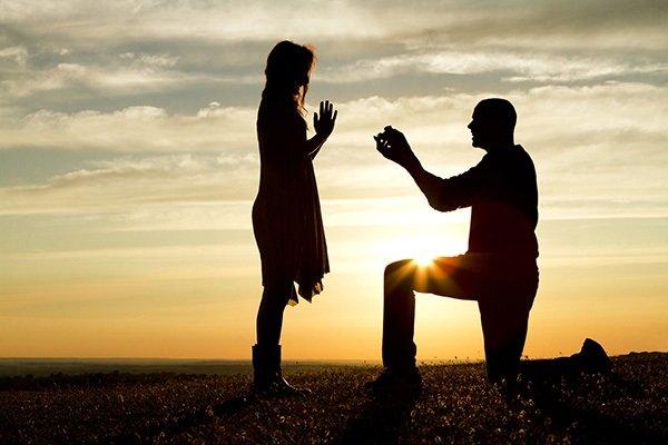 Парень делает девушке предложение