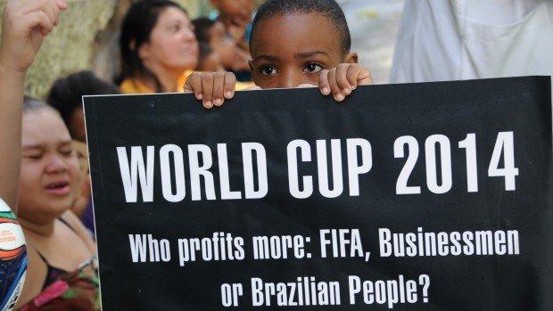 Ребенок с плакатом против ЧМ 2014  в Бразилии