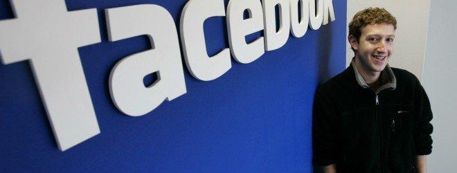 Юноша на фоне логотипа facebook