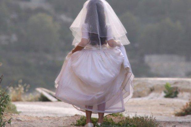 Девочка-подросток в подвенечном платье, вид сзади