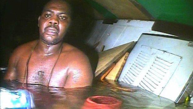 Харрисон Окин в воздушном кармане затонувшего судна