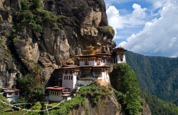 Храм на склоне горы в Бутане
