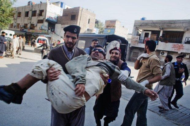 Мужчина спасает раненого товарища