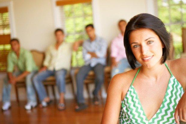 10 нетипичных форм брака. Женщина на фоне нескольких мужчин