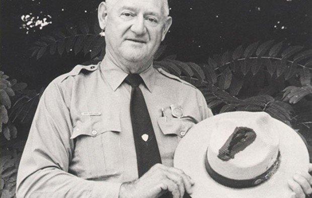 Рой Салливан демонстрирует шляпу, в которую попала молния