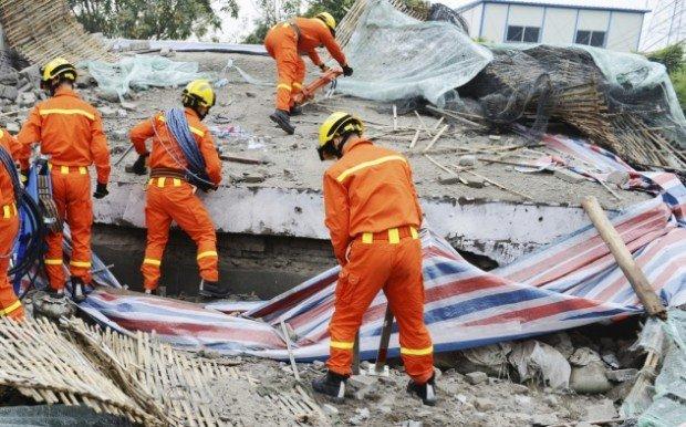 Спасители разбирают завалы после землетрясения 2011 года в Японии