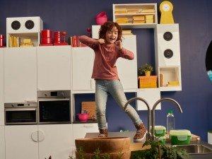 Девочка танцует на кухне