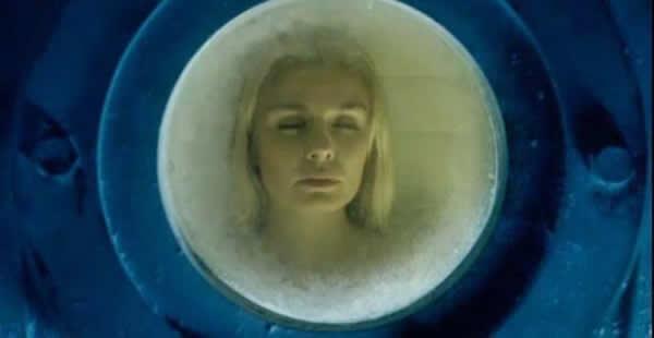 Девушка в криогенной капсуле