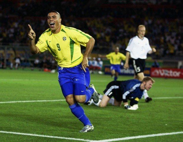 Роналдо празднует гол