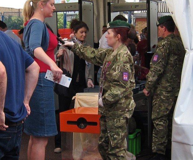 Военные обыскивают зрителей Олимпиады в Лондоне