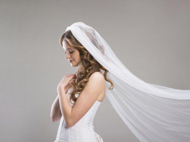 Девушка в свадебном платье и фате