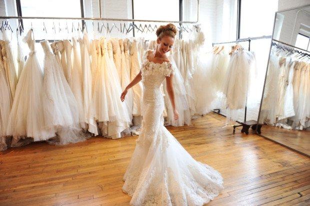 Девушка выбирает свадебное платье в салоне