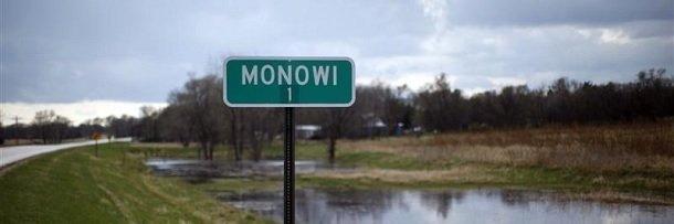 Дорожный указатель при въезде в Монови