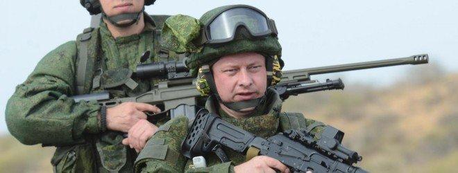 Двое военных в экипировке и с оружем