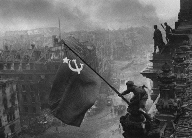 Фотография «Знамя победы над Рейхстагом»