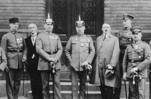 Гитлер и военные офицеры