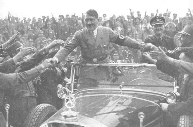 Гитлер приветствует сторонников из машины
