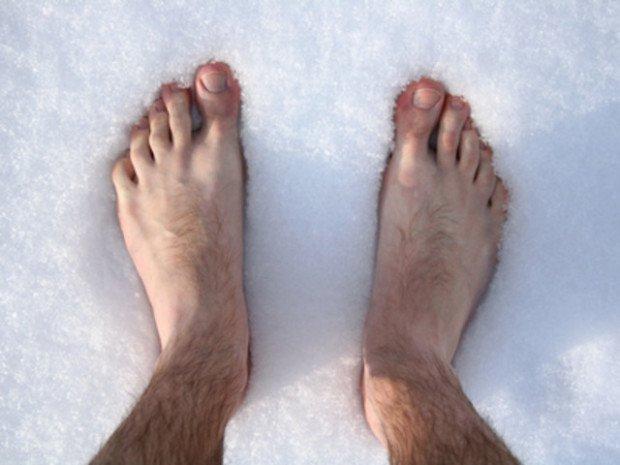 Голые стопы на снегу