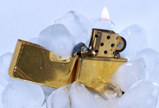 Горящая зажигалка и кубики льда