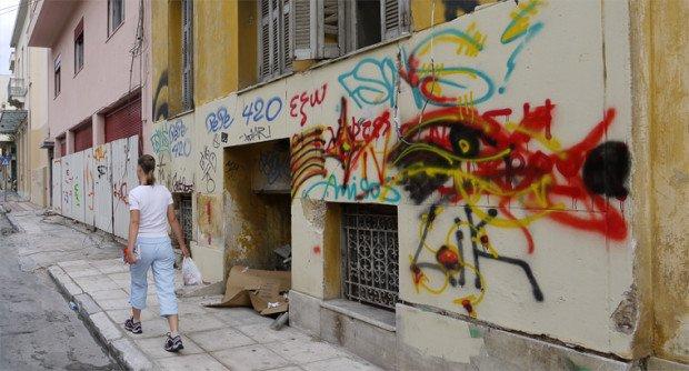 Граффити на стенах зданий в Афинах