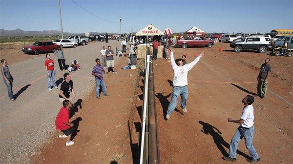 Игра в волейбол на границе Мексики и США