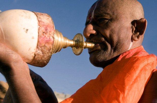 Музыкант играет на конхе