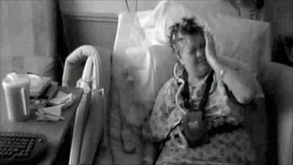 Левая рука Карен Брюне, не контролируемая ею, бьёт женщину по лицу