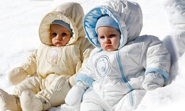Маленькие дети в зимней одежде