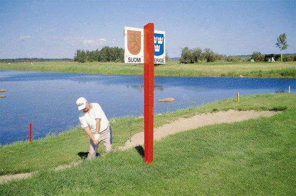 Мужчина играет в гольф на границе между Швецией и Финляндией