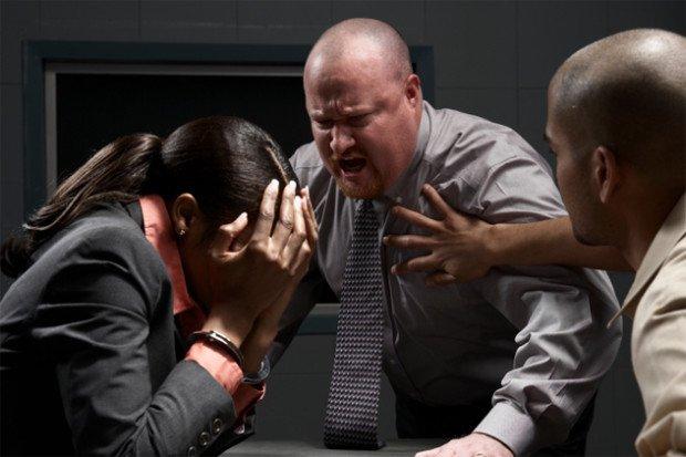 Мужчина кричит на сотрудницу