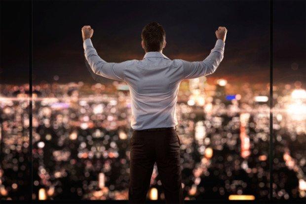 Мужчина на фоне ночного города