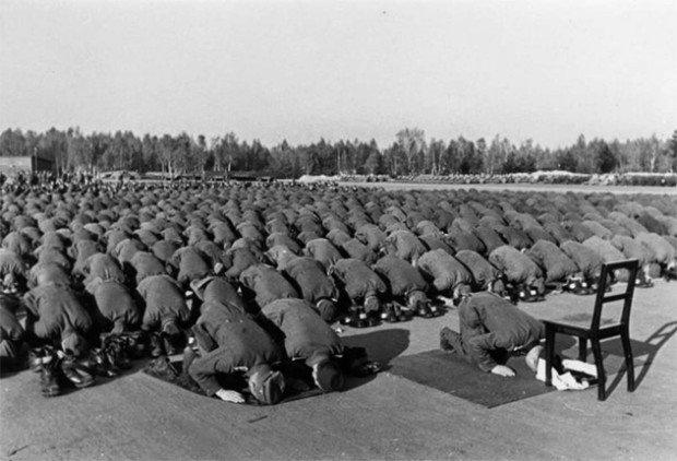 Нацистские солдаты-мусульмане молятся во время войны