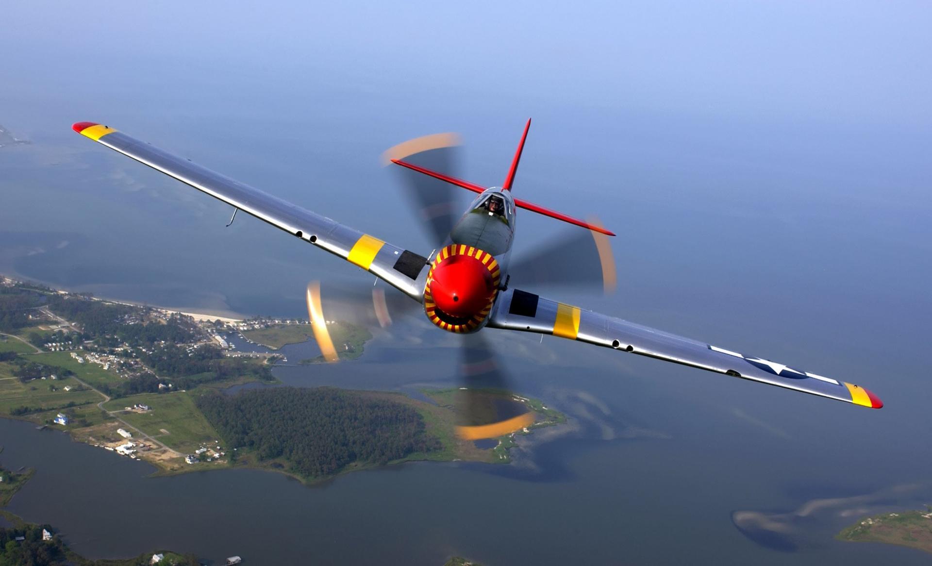 Небольшой самолёт в небе