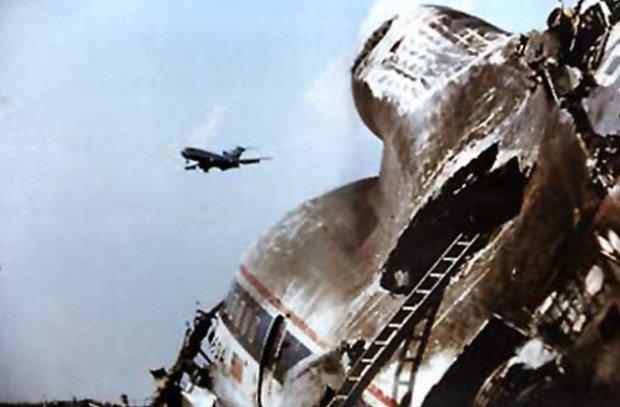 Останки лайнера, разбившегося в Чикаго в 1979 году