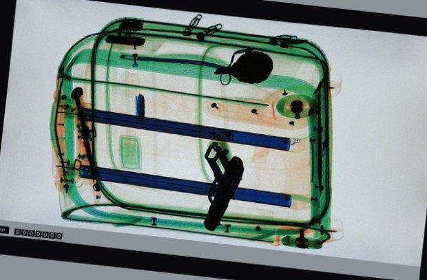 Пистолет в сумке, видимый при досмотре багажа в аэропорту